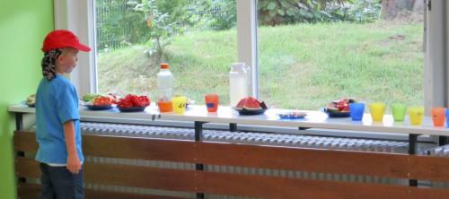 Die Snackbar mit Wasser, Obst und Gemüse